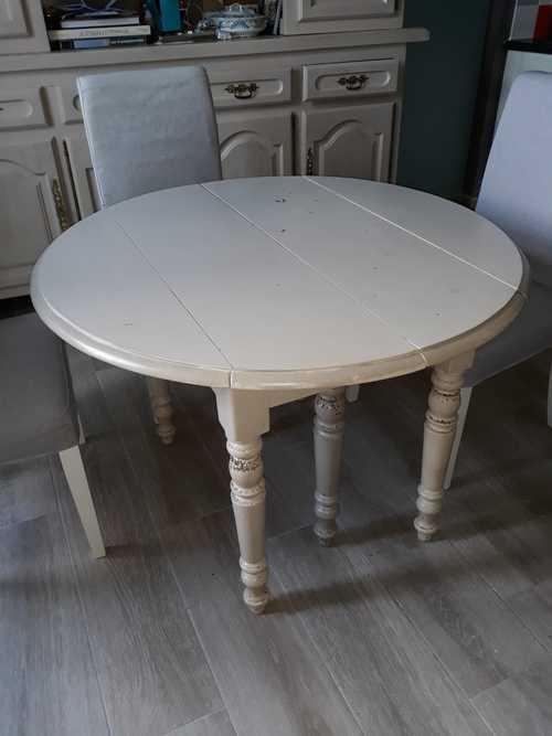 Donne table ronde...étagère en fer et une en pin.