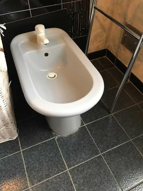Salle de bain : lavabo, robinet, meuble sous-vasqu