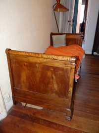 Canapé, lit à rouleaux, chaises, machine à écrire